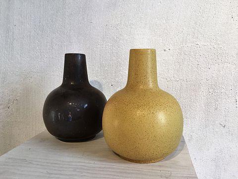 Ny vas i färg svart och äggskal