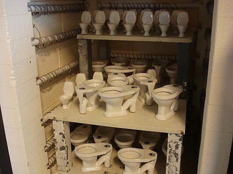 Nybrända små toaletter
