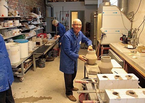 Kurt putsar krukor i verkstaden