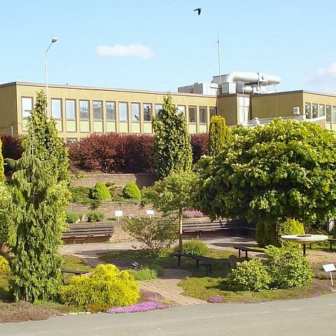 Museets trädgård vy mot kommunhus