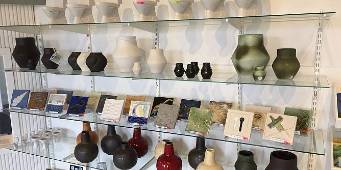 Keramiska produkter till försäljning i vår shop