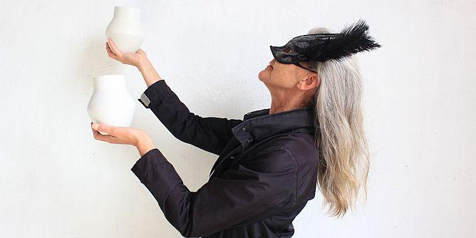 Christel Persson håller i två krukor